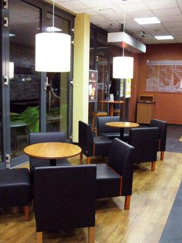 Sitzbereich vor der Theke mit Sesseln
