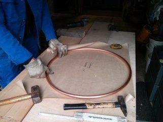 Der Haltering wir aus weichem Kupferrohr gebogen.